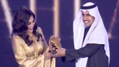 Photo of المطربة أحلام تنال وسام ذهبي خالص خلال مهرجان الرياض وتمزح مع الجمهور