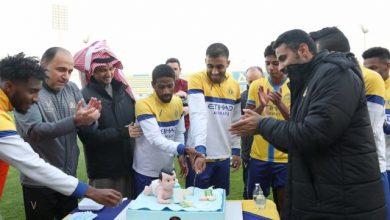 Photo of احتفال لاعبي النصر السعودي بمولود عبد الرزاق حمد الله الأول